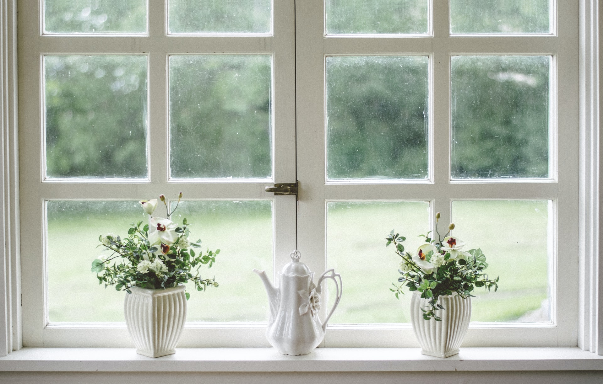 beautiful-white-window-with-vases